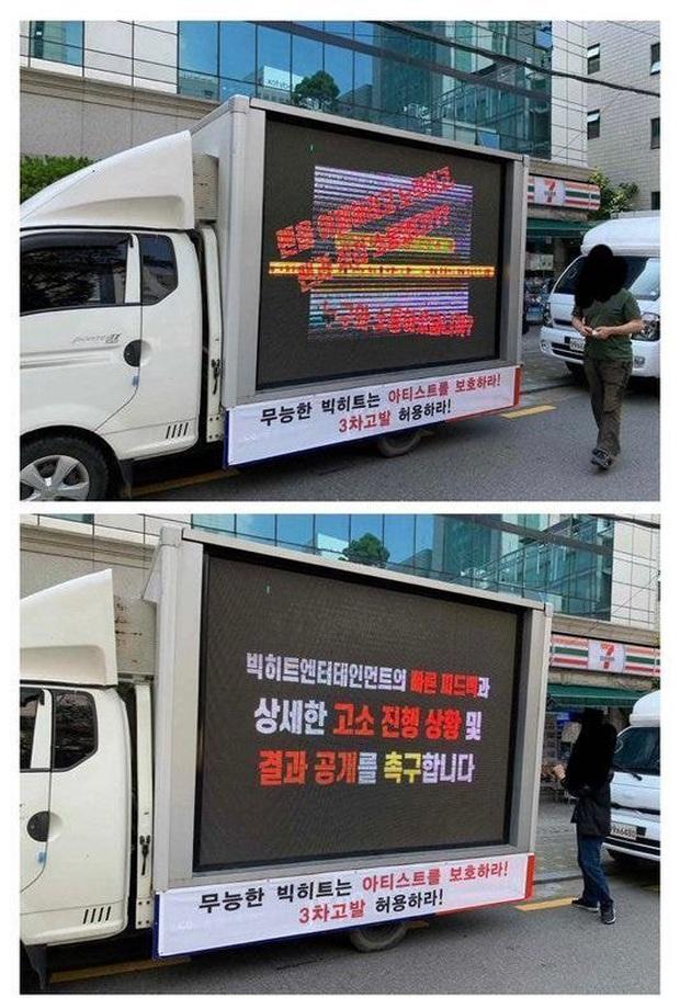 Nối gót fan BLACKPINK, fan BTS thuê xe tải biểu tình trước Big Hit để tỏ thái độ bất mãn, chuyện gì đang xảy ra? - Ảnh 1.