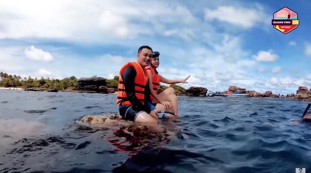 """Quang Vinh bị chỉ trích là """"phá hoại"""" vì ngồi lên rặng san hô để quay clip du lịch ở Phú Quốc - Ảnh 1."""