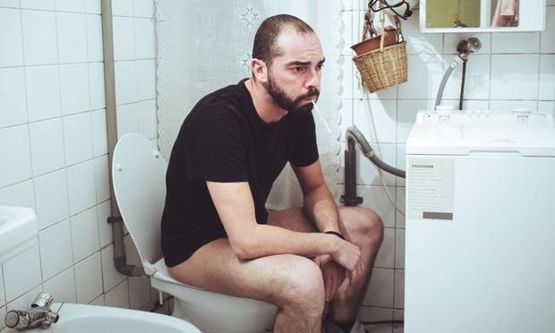 Đàn ông dành 7 tiếng mỗi năm trốn trong nhà vệ sinh để... tìm sự bình yên trong tâm hồn - Ảnh 1.