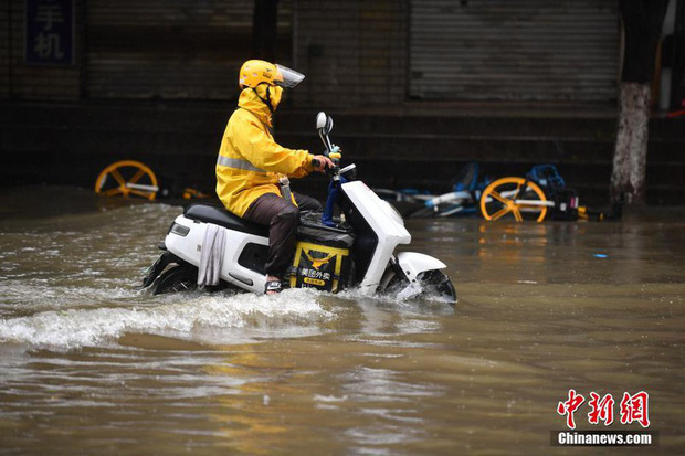 Lũ lụt ở Trung Quốc ngày càng đáng sợ: Hơn 12 triệu người dân phải điêu đứng, thiệt hại lên đến hơn 80 nghìn tỷ đồng - Ảnh 13.