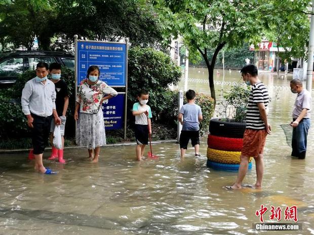 Lũ lụt ở Trung Quốc ngày càng đáng sợ: Hơn 12 triệu người dân phải điêu đứng, thiệt hại lên đến hơn 80 nghìn tỷ đồng - Ảnh 12.