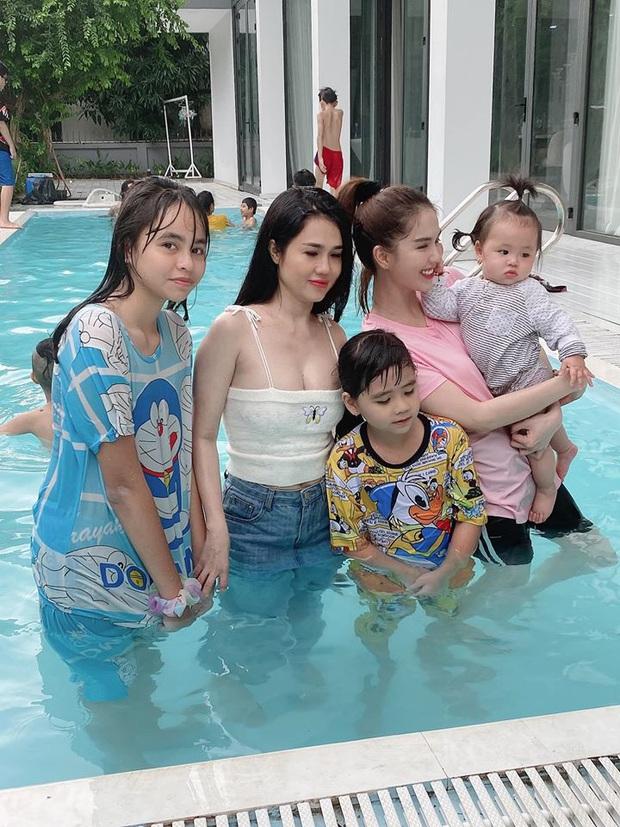 Gia đình Ngọc Trinh đúng là gen trội: Chị gái lấn át cả nữ hoàng nội y khi chụp chung nhờ vòng 1 ngộp thở - Ảnh 3.