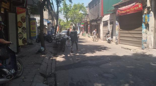 Hà Nội: Vừa bước ra khỏi tiệm thuốc tây, cô gái bất ngờ bị nam thanh niên cầm dao đâm gục giữa đường - Ảnh 2.