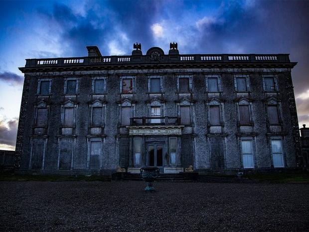 Biệt thự ma ám nổi tiếng nhất Ireland đang được rao bán, ai cũng có thể mua nếu không sợ những câu chuyện được đồn thổi về nó - Ảnh 2.