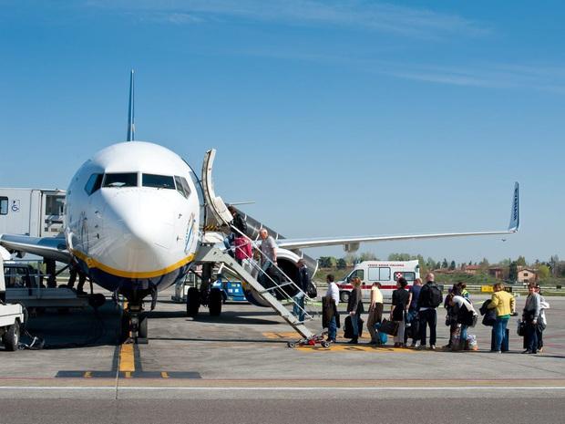 Một chiếc xe kỳ lạ hiếm khi ta bắt gặp trong sân bay, thường chỉ phục vụ riêng hành khách hạn chế trong việc đi lại - Ảnh 1.
