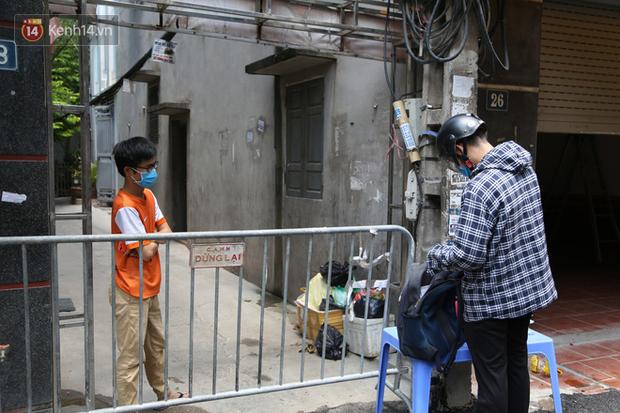 Nhịp sống tại khu phố Mễ Trì, nơi bệnh nhân Covid-19 số 447 từng sinh sống: Người thân cung cấp nhu yếu phẩm để mọi người yên tâm chống dịch - Ảnh 12.