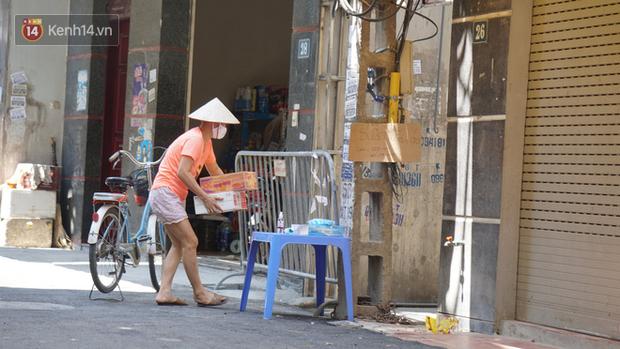 Nhịp sống tại khu phố Mễ Trì, nơi bệnh nhân Covid-19 số 447 từng sinh sống: Người thân cung cấp nhu yếu phẩm để mọi người yên tâm chống dịch - Ảnh 3.