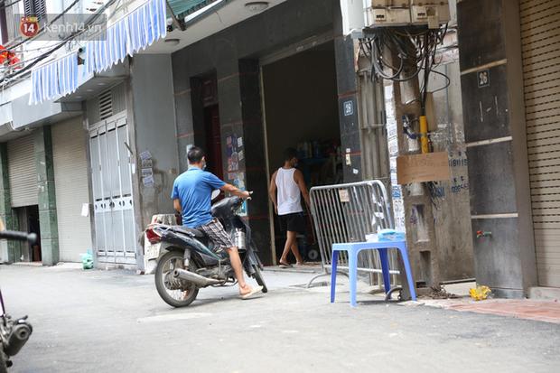 Nhịp sống tại khu phố Mễ Trì, nơi bệnh nhân Covid-19 số 447 từng sinh sống: Người thân cung cấp nhu yếu phẩm để mọi người yên tâm chống dịch - Ảnh 8.