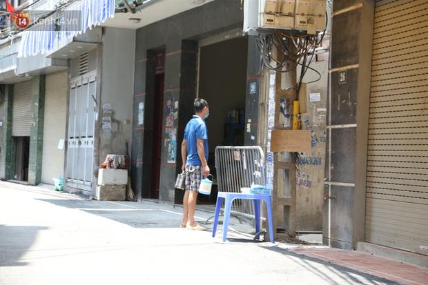 Nhịp sống tại khu phố Mễ Trì, nơi bệnh nhân Covid-19 số 447 từng sinh sống: Người thân cung cấp nhu yếu phẩm để mọi người yên tâm chống dịch - Ảnh 9.