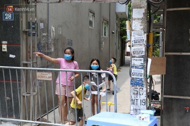 Nhịp sống tại khu phố Mễ Trì, nơi bệnh nhân Covid-19 số 447 từng sinh sống: Người thân cung cấp nhu yếu phẩm để mọi người yên tâm chống dịch - Ảnh 6.
