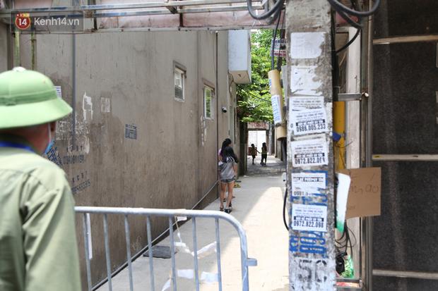 Nhịp sống tại khu phố Mễ Trì, nơi bệnh nhân Covid-19 số 447 từng sinh sống: Người thân cung cấp nhu yếu phẩm để mọi người yên tâm chống dịch - Ảnh 7.