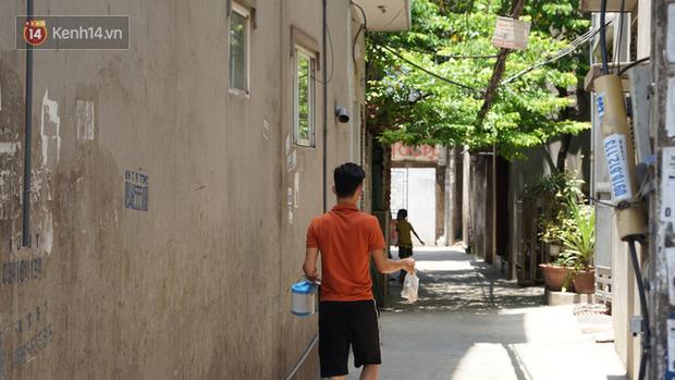 Nhịp sống tại khu phố Mễ Trì, nơi bệnh nhân Covid-19 số 447 từng sinh sống: Người thân cung cấp nhu yếu phẩm để mọi người yên tâm chống dịch - Ảnh 11.