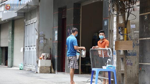 Nhịp sống tại khu phố Mễ Trì, nơi bệnh nhân Covid-19 số 447 từng sinh sống: Người thân cung cấp nhu yếu phẩm để mọi người yên tâm chống dịch - Ảnh 10.