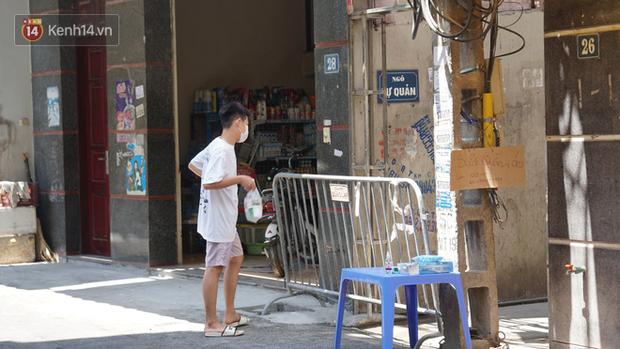 Nhịp sống tại khu phố Mễ Trì, nơi bệnh nhân Covid-19 số 447 từng sinh sống: Người thân cung cấp nhu yếu phẩm để mọi người yên tâm chống dịch - Ảnh 14.