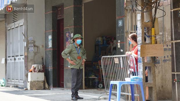 Nhịp sống tại khu phố Mễ Trì, nơi bệnh nhân Covid-19 số 447 từng sinh sống: Người thân cung cấp nhu yếu phẩm để mọi người yên tâm chống dịch - Ảnh 13.
