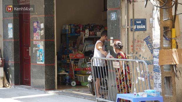 Nhịp sống tại khu phố Mễ Trì, nơi bệnh nhân Covid-19 số 447 từng sinh sống: Người thân cung cấp nhu yếu phẩm để mọi người yên tâm chống dịch - Ảnh 15.