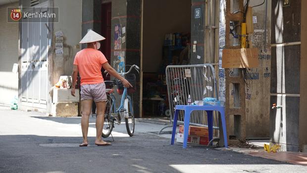 Nhịp sống tại khu phố Mễ Trì, nơi bệnh nhân Covid-19 số 447 từng sinh sống: Người thân cung cấp nhu yếu phẩm để mọi người yên tâm chống dịch - Ảnh 4.