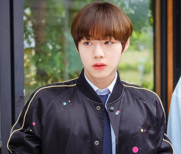 Park Ji Hoon để tóc úp tô đều tăm tắp như thuở mới vào nghề khiến fan phát cuồng - Ảnh 9.