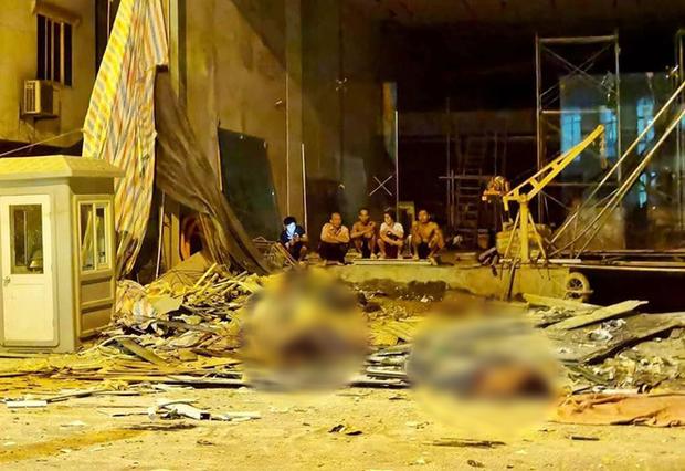 Người thân khóc nghẹn, đứng không vững tại hiện trường vụ sập giàn cẩu kính khiến 3 người tử vong ở Hà Nội - Ảnh 1.