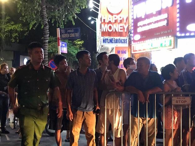Người thân khóc nghẹn, đứng không vững tại hiện trường vụ sập giàn cẩu kính khiến 3 người tử vong ở Hà Nội - Ảnh 3.
