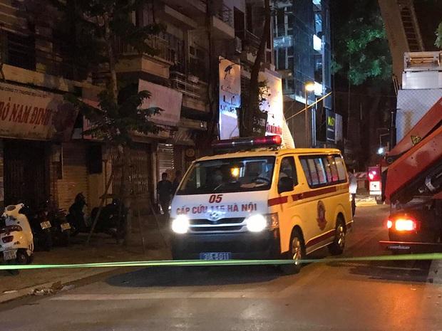 Người thân khóc nghẹn, đứng không vững tại hiện trường vụ sập giàn cẩu kính khiến 3 người tử vong ở Hà Nội - Ảnh 4.