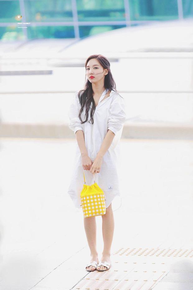 Nayeon (TWICE) không quá cao, toàn mặc đồ đơn giản nhưng style vẫn sành điệu và tôn dáng hết cỡ - Ảnh 4.