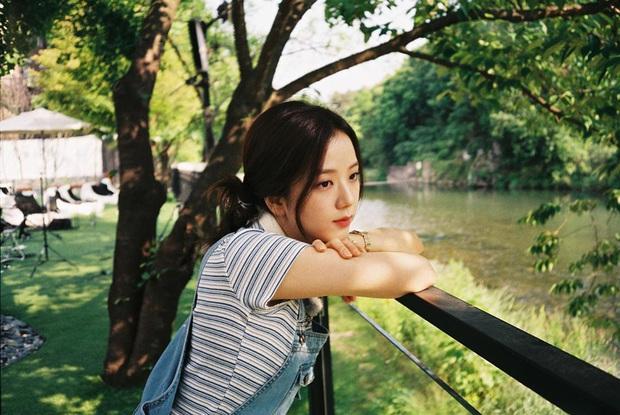 Jisoo lăng xê áo polo đơn giản nhưng diện lên cực hay ho, chị em nên vào học để cải tổ lại style - Ảnh 3.