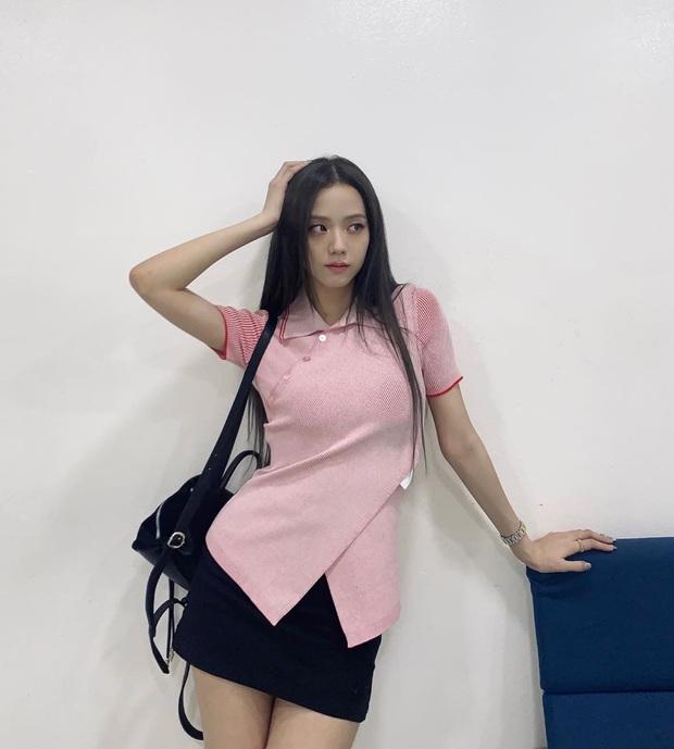 Jisoo lăng xê áo polo đơn giản nhưng diện lên cực hay ho, chị em nên vào học để cải tổ lại style - Ảnh 2.