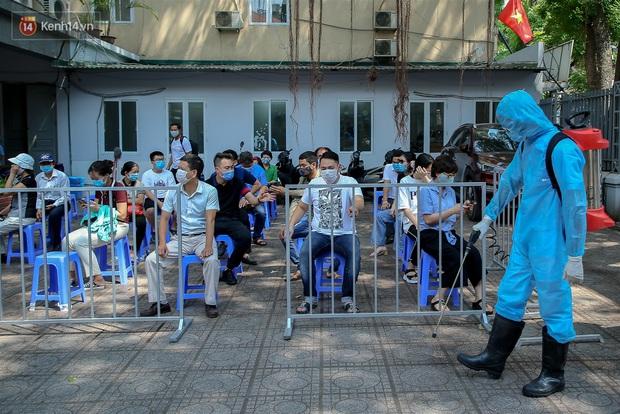 Ảnh: Hà Nội bắt đầu test nhanh Covid-19 những người về từ Đà Nẵng - Ảnh 13.