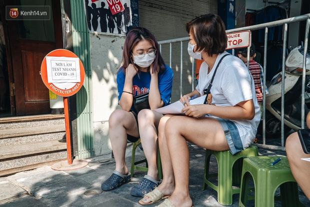 Ảnh: Hà Nội bắt đầu test nhanh Covid-19 những người về từ Đà Nẵng - Ảnh 2.