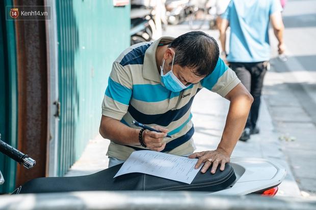 Ảnh: Hà Nội bắt đầu test nhanh Covid-19 những người về từ Đà Nẵng - Ảnh 4.