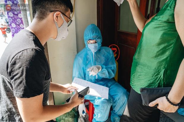 Ảnh: Hà Nội bắt đầu test nhanh Covid-19 những người về từ Đà Nẵng - Ảnh 7.
