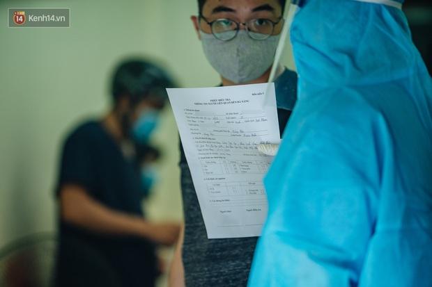 Ảnh: Hà Nội bắt đầu test nhanh Covid-19 những người về từ Đà Nẵng - Ảnh 3.