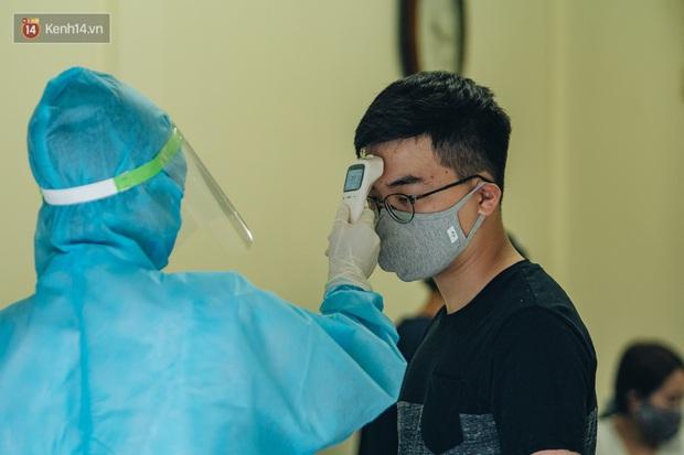 Ảnh: Hà Nội bắt đầu test nhanh Covid-19 những người về từ Đà Nẵng - Ảnh 6.