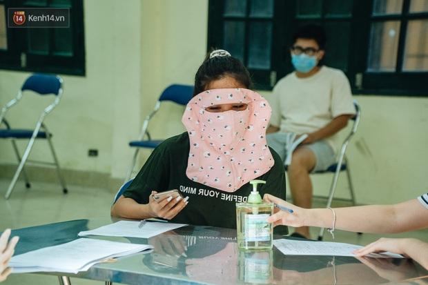 Ảnh: Hà Nội bắt đầu test nhanh Covid-19 những người về từ Đà Nẵng - Ảnh 12.