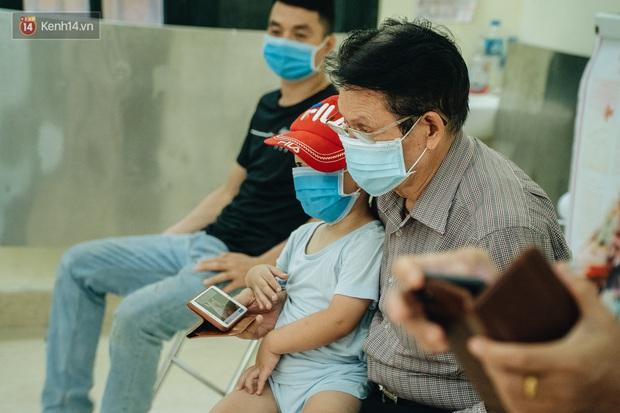 Ảnh: Hà Nội bắt đầu test nhanh Covid-19 những người về từ Đà Nẵng - Ảnh 11.