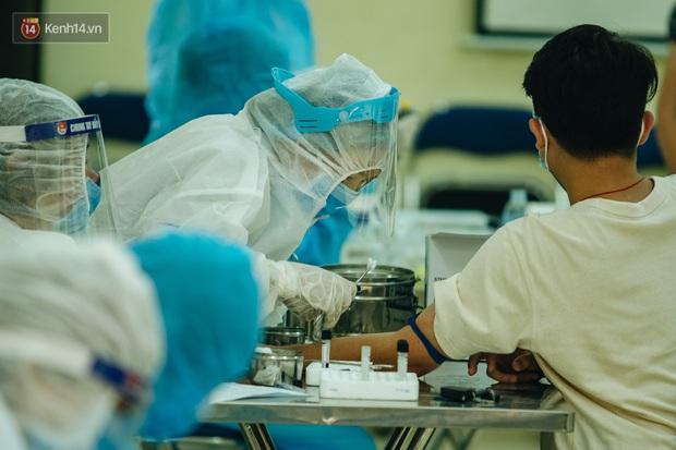 Ảnh: Hà Nội bắt đầu test nhanh Covid-19 những người về từ Đà Nẵng - Ảnh 14.