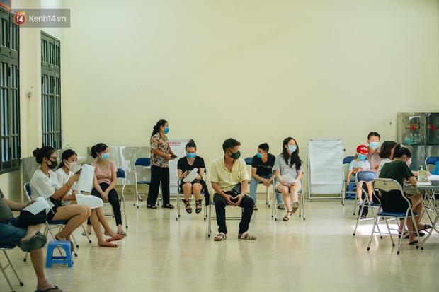 Ảnh: Hà Nội bắt đầu test nhanh Covid-19 những người về từ Đà Nẵng - Ảnh 10.