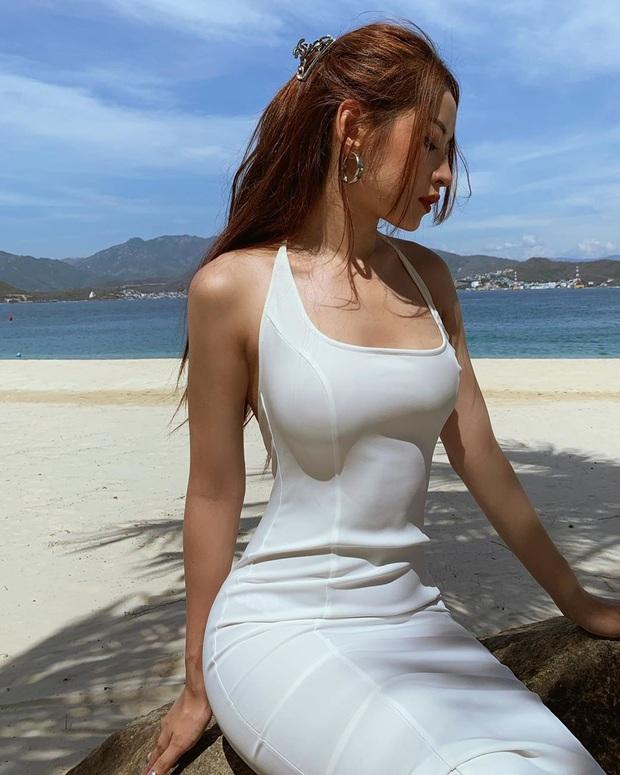 Váy đi biển của sao Việt xinh ngất ngây, chị em diện theo là có style đẹp tức thì - Ảnh 1.
