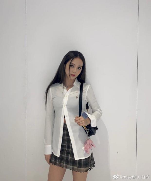 Cùng là sơ mi trắng: Jennie kéo xuống vai, Jisoo thả khuy dưới, cách nào cũng xinh nhìn chỉ muốn diện theo ngay - Ảnh 2.