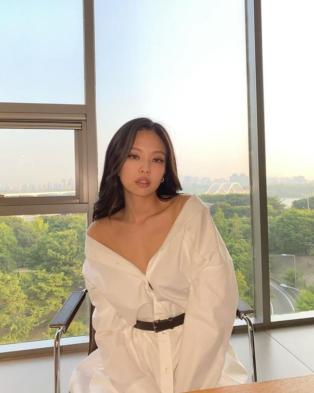Cùng là sơ mi trắng: Jennie kéo xuống vai, Jisoo thả khuy dưới, cách nào cũng xinh nhìn chỉ muốn diện theo ngay - Ảnh 3.