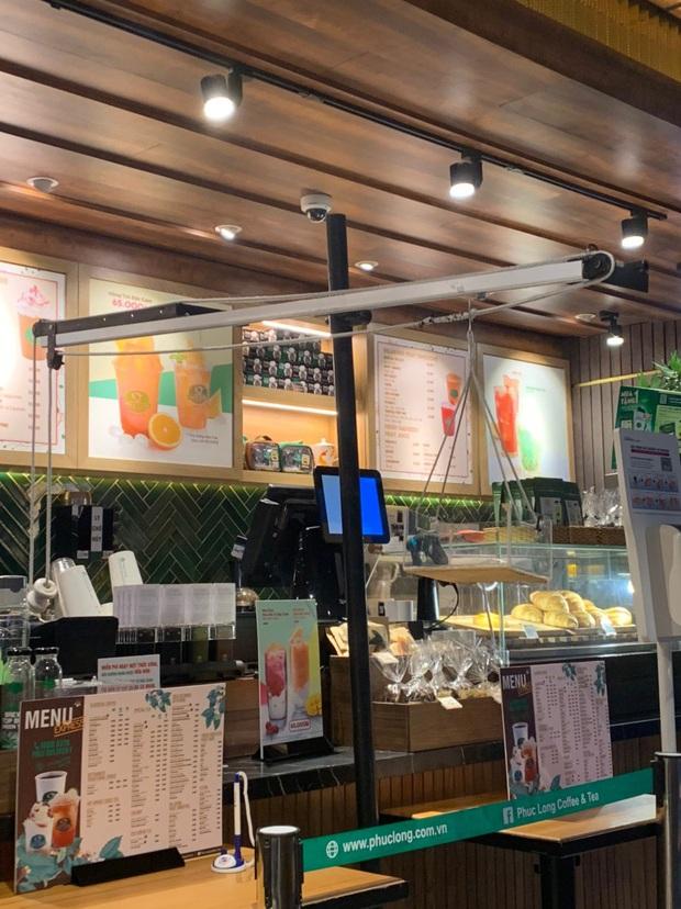 Cửa hàng trà sữa Phúc Long tại Hà Nội lại có sáng tạo mới để hạn chế tiếp xúc khi đưa đồ cho khách - Ảnh 2.