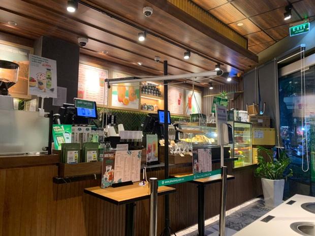 Cửa hàng trà sữa Phúc Long tại Hà Nội lại có sáng tạo mới để hạn chế tiếp xúc khi đưa đồ cho khách - Ảnh 3.