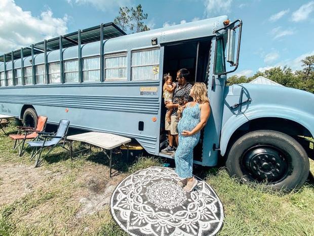 Một con chó và 2 đứa trẻ dắt tay, cặp vợ chồng có cuộc sống gia đình đẹp như mơ trên xe bus làm nức lòng các fan xê dịch - Ảnh 1.