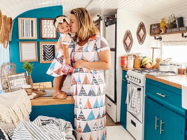 Một con chó và 2 đứa trẻ dắt tay, cặp vợ chồng có cuộc sống gia đình đẹp như mơ trên xe bus làm nức lòng các fan xê dịch - Ảnh 3.