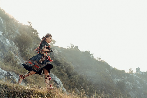 Phùng Khánh Linh tung MV ca khúc kết hợp với dàn producer khủng: Từ DTAP đến kỹ sư âm thanh từng làm việc cho Taylor Swift và Lady Gaga - Ảnh 6.