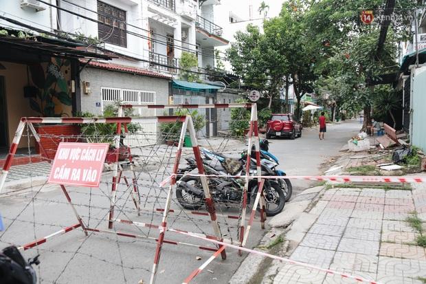 Cuộc sống của 40 hộ dân ở Sài Gòn trong ngày đầu cách ly: Bình tĩnh đón nhận, ngồi trước nhà nhưng vẫn đeo khẩu trang - Ảnh 3.