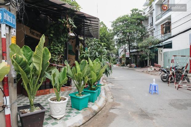 Cuộc sống của 40 hộ dân ở Sài Gòn trong ngày đầu cách ly: Bình tĩnh đón nhận, ngồi trước nhà nhưng vẫn đeo khẩu trang - Ảnh 2.