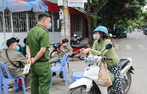 Cuộc sống của 40 hộ dân ở Sài Gòn trong ngày đầu cách ly: Bình tĩnh đón nhận, ngồi trước nhà nhưng vẫn đeo khẩu trang - Ảnh 6.