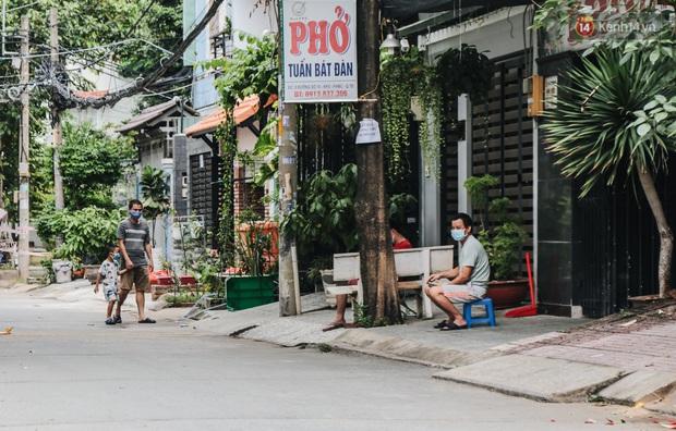 Cuộc sống của 40 hộ dân ở Sài Gòn trong ngày đầu cách ly: Bình tĩnh đón nhận, ngồi trước nhà nhưng vẫn đeo khẩu trang - Ảnh 5.